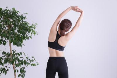 体側のストレッチをする女性
