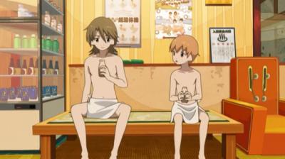 銭湯の風呂あがりにコーヒー牛乳を飲む矢三郎と矢四郎