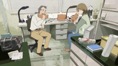 京都大学農学部の部屋でバウムクーヘンをほおばる淀川教授と矢三郎