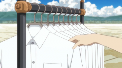 綺麗にアイロンがけされて並んだ二代目の白シャツ