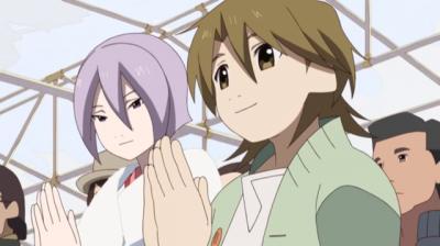 初詣で手を合わせる矢三郎と弁天