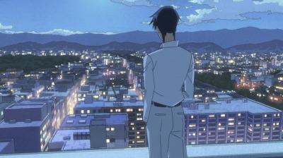 ホテルの部屋から京都の夜景を眺める二代目
