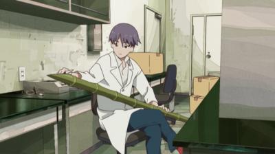 大学の研究室で竹やりを作るスズキくん