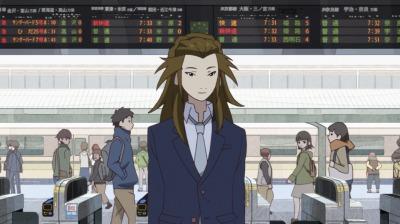 京都駅を旅立つスーツ姿の矢二郎