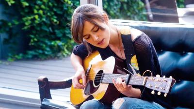 はじまりのうたでギターを弾くキーラナイトレイ