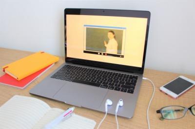 PCでオンライン授業を受けているところ